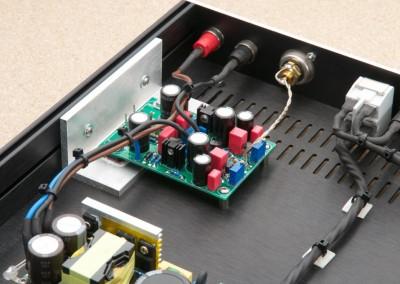 Erst wenn die Platine und die Endtransistoren positioniert und leicht fixiert sind, werden die Beinchen angelötet.